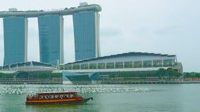 Barco de placer en la bahía cerca de Marina Bay Singapur almacen de video