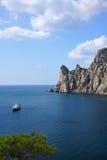 Barco de placer en la bahía de pueblo Novyy Svet crimea Imagenes de archivo