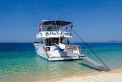 Barco de placer en la península de Sithonia, Grecia Imagen de archivo libre de regalías