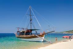 Barco de placer en la península de Sithonia, Grecia Imagen de archivo
