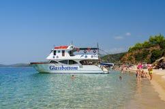 Barco de placer en la península de Sithonia, Grecia Foto de archivo libre de regalías