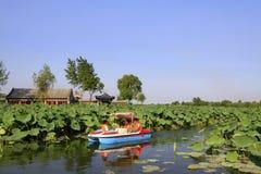 Barco de placer que conduce lentamente en el agua, en un parque Foto de archivo