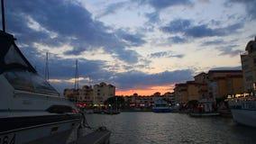 Barco de placer y puerto de Gruissan en la puesta del sol en el Aude francia metrajes