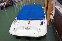 Barco de polícia com luzes de piscamento fotos de stock royalty free