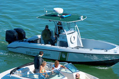 Barco de polícia da aplicação da lei estatal que para um barco Imagem de Stock