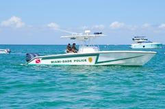 Barco de policía de Miami-Dade en la bahía de Biscayne en Miami, la Florida, los E.E.U.U. Imagen de archivo libre de regalías