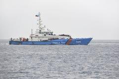 Barco de policía fronteriza con los refugiados a bordo Fotografía de archivo libre de regalías