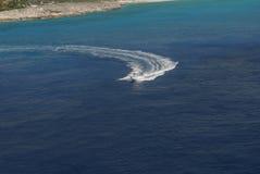 Barco de prazer branco bonito com o motorista que deixa uma vigília larga no mar fotos de stock royalty free