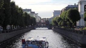Barco de prazer com os turistas no canal de rio de opinião de St Petersburg da ponte vídeos de arquivo