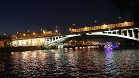 Barco de prazer da ponte (ponte do metro) e do turista de Luzhnetskaya no rio na noite, Moscou de Moskva, Rússia vídeos de arquivo