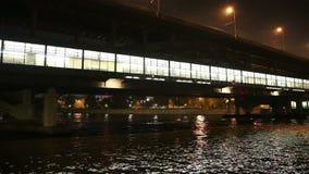 Barco de prazer da ponte (ponte do metro) e do turista de Luzhnetskaya no rio na noite, Moscou de Moskva, Rússia video estoque