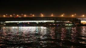 Barco de prazer da ponte (ponte do metro) e do turista de Luzhnetskaya no rio na noite, Moscou de Moskva, Rússia filme