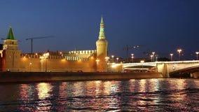 Barco de prazer do turista no rio de Moskva perto do Kremlin na noite, Moscou, Rússia vídeos de arquivo