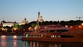 Barco de prazer do turista no rio de Moskva perto do Kremlin na noite, Moscou, Rússia filme