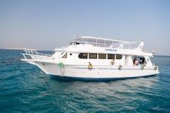 Barco de prazer na água do mar ou do oceano Navio no céu azul ensolarado Viagem no cruzador do feriado Férias e recreação de verã Imagens de Stock