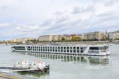 Barco de prazer no Danube River, Budapest imagens de stock