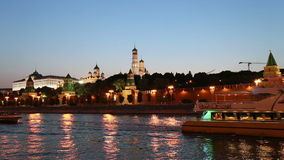 Barco de prazer no rio de Moskva perto do Kremlin (na noite), Moscou do turista, Rússia video estoque