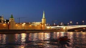 Barco de prazer no rio de Moskva perto do Kremlin (na noite), Moscou do turista, Rússia vídeos de arquivo