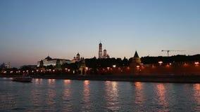 Barco de prazer no rio de Moskva perto do Kremlin (na noite), Moscou do turista, Rússia filme