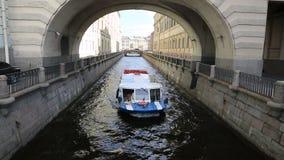 Barco de prazer no sulco do inverno do canal em St Petersburg filme