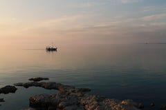 Barco de prazer que flutua em um mar calmo Imagem de Stock Royalty Free