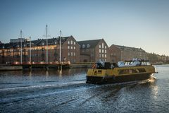 Barco de Puplic que pasa a través del puerto de Copenhague Detrás usted puede ver Christianshavn dinamarca imagen de archivo libre de regalías