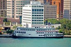 Barco de río en el embarcadero Imágenes de archivo libres de regalías
