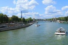 Barco de río en el río Sena en París Imágenes de archivo libres de regalías