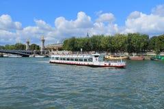 Barco de río en el río Sena en París Imagenes de archivo