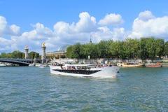 Barco de río en el río Sena en París Foto de archivo libre de regalías