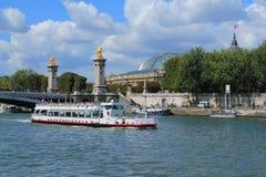 Barco de río en el río Sena en París Fotos de archivo libres de regalías