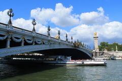Barco de río en la jábega del río en París Fotos de archivo libres de regalías