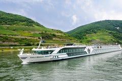 Barco de río que cruza en el río Rhine Imagen de archivo libre de regalías