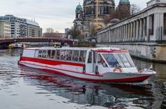 Barco de río que hace turismo en la diversión en Berlín Imagen de archivo