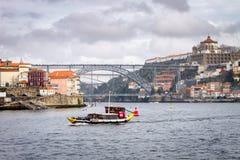 Barco de Rabelo en Oporto fotos de archivo