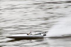 Barco de RC que apresura en un lago Foto de archivo libre de regalías