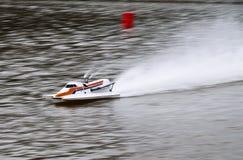 Barco de RC que apresura en un lago Fotos de archivo