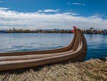 Barco de Reed na ilha de Uros no lago Titicaca imagem de stock