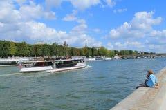Barco de rio no seine do rio em Paris Fotografia de Stock