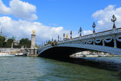 Barco de rio no seine do rio em Paris Fotos de Stock