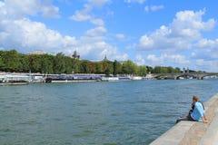 Barco de rio no seine do rio em Paris Imagem de Stock