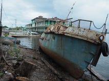 Barco de rio oxidado velho fotografia de stock