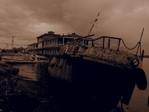 Barco de rio oxidado velho Filtro do Sepia foto de stock royalty free
