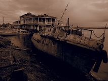 Barco de rio oxidado velho Filtro do Sepia imagens de stock