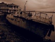 Barco de rio oxidado velho Filtro do Sepia imagem de stock