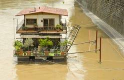 Barco de rio, rio Tibre, Roma, Itália fotografia de stock