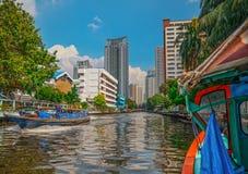 Barco de río que transporta los pasajeros y al turista abajo Chao Praya River Foto de archivo