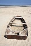 Barco de rowing abandonado en la playa Imagen de archivo libre de regalías