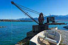 Barco de rowing blanco por el mar azul Imagen de archivo