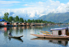 Barco de rowing de la gente en el lago en Srinagar, la India Fotografía de archivo
